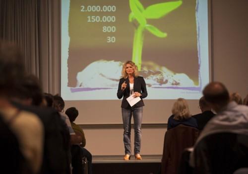 Ilka Piechowiak mit schwarzem Blazer auf der Bühne