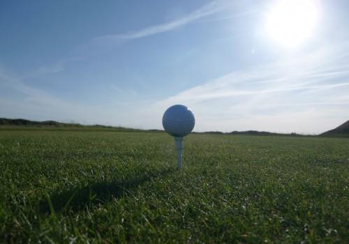ein Golfball auf einem Golfplatz