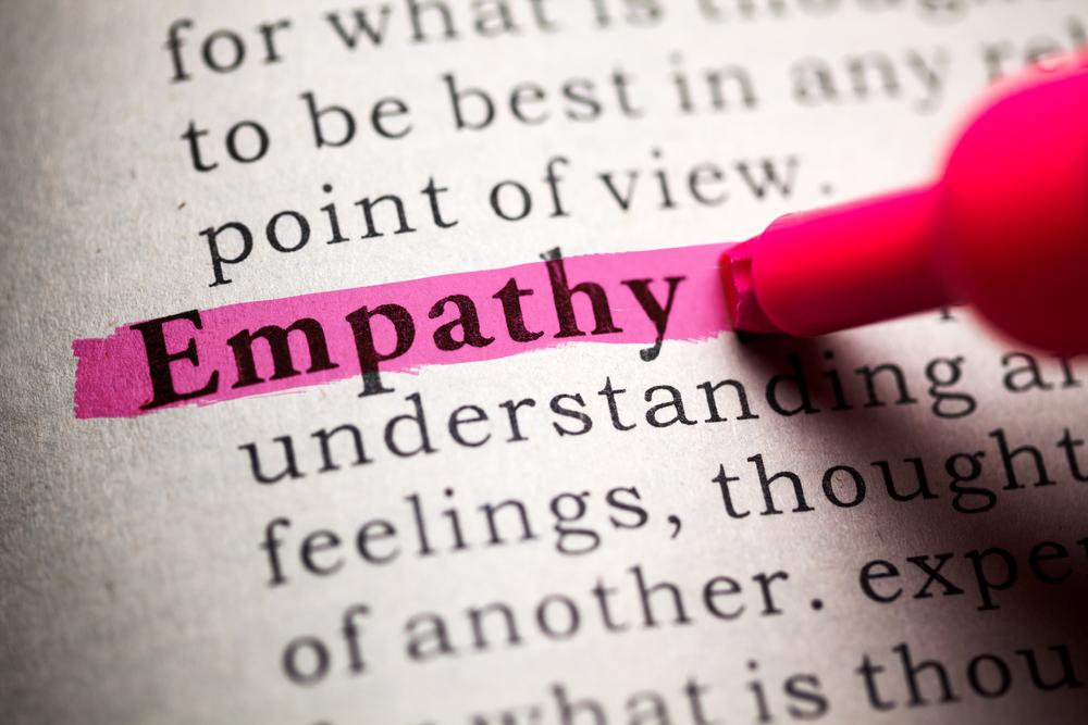 Empathy mit Textmarker in einem Buch markiert