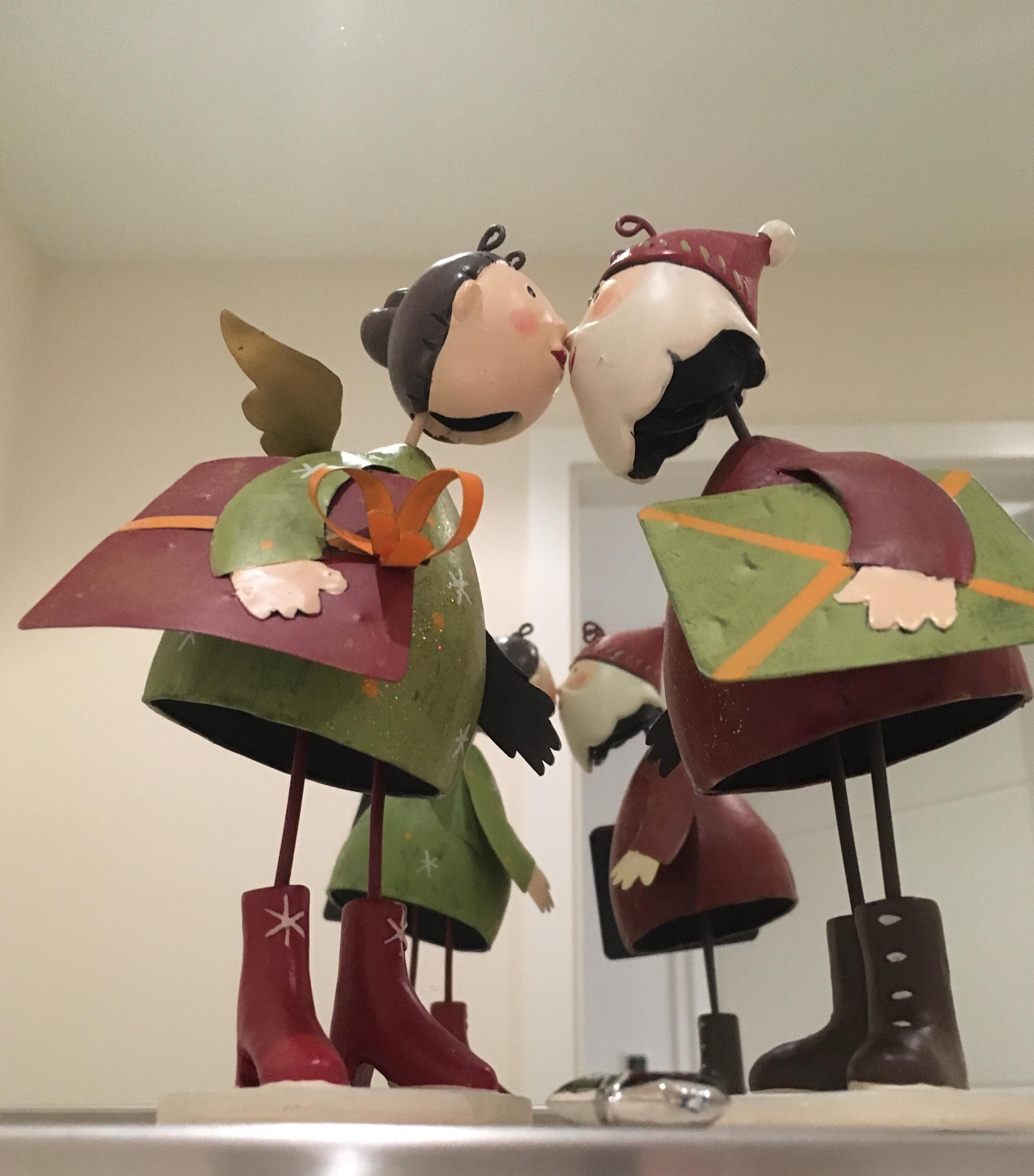 Figuren Weinachtspärchen küssen sich